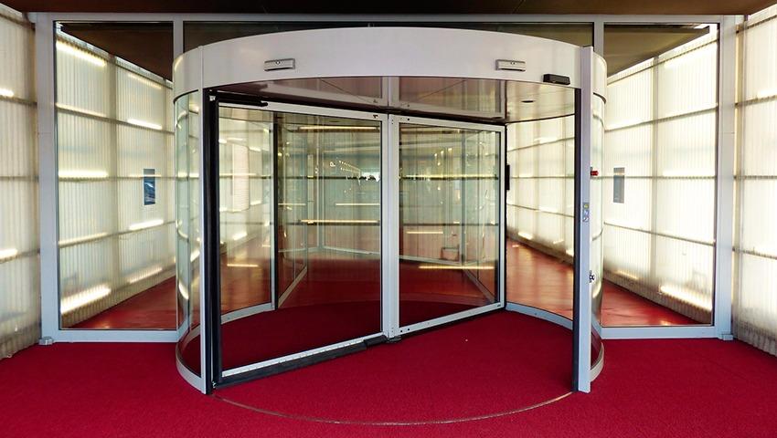 Puerta giratoria de cristal en Valencia